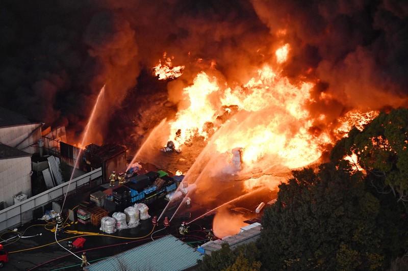 大阪・和泉のリサイクル業者で火災 敷地内のビニール廃材燃える けが人 ...