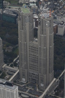The Tokyo Metropolitan Government building is seen from a Mainichi Shimbun helicopter. (Mainichi)