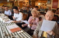 「日本語世代」の高齢者らが日本語を勉強する「友愛グループ」が毎月、開いている勉強会の様子。手前の男性は相田みつをの詩を手にしている=台北市で2020年11月21日、福岡静哉撮影