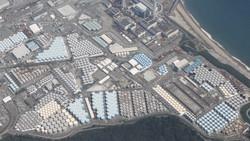 東京電力福島第1原発の敷地内に並ぶ汚染処理水が入ったタンク=2020年8月21日、本社ヘリから