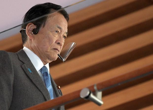 閣議に臨む麻生太郎副総理兼財務相=首相官邸で2020年12月8日午前9時57分、竹内幹撮影