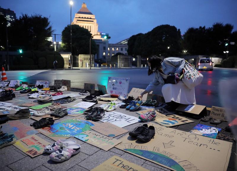 国会議事堂前に靴やプラカードを並べて地球温暖化対策強化を訴える「シューズアクション」=東京都千代田区で2020年9月25日、宮武祐希撮影