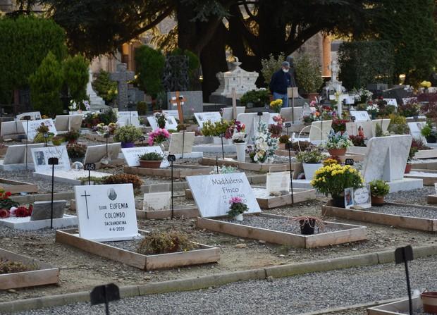 真新しい墓石が並ぶイタリア北部ベルガモの墓地。刻まれた命日は3月と4月に集中していた=2020年10月13日午後4時47分、久野華代撮影