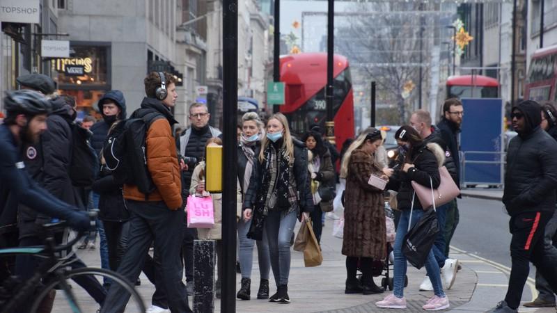 ロックダウン(都市封鎖)が解除され、買い物客でにぎわうロンドン中心部=2020年12月7日、横山三加子撮影