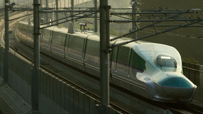 JR北海道の新幹線車両H5系。JR東のE5系をベースに造られた=北海道の北海道新幹線・新函館北斗-木古内間で2015年5月23日、金盛正樹撮影