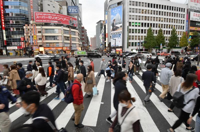 にぎわう街=東京都新宿区で2020年11月23日、宮間俊樹撮影