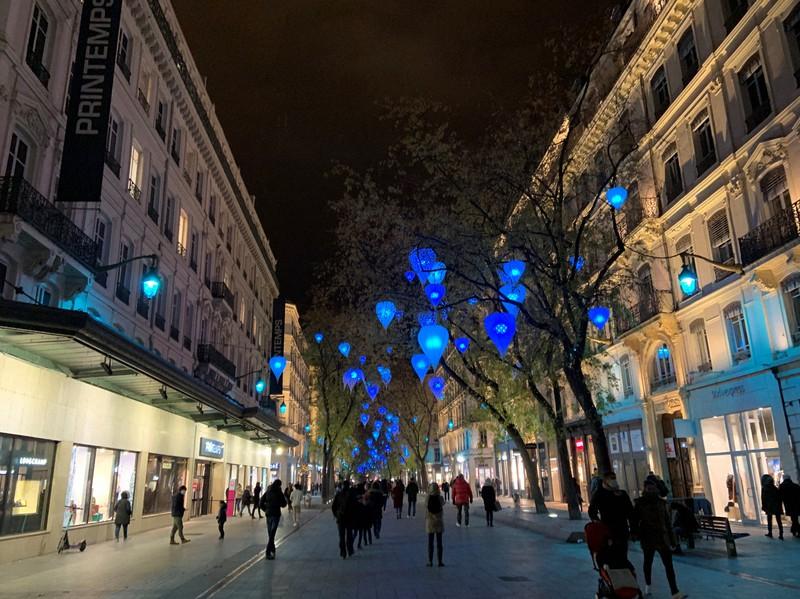控えめな青い電飾がともされているリヨン2区の繁華街・レピュブリック通り=筆者撮影