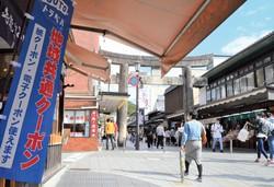 「GoToトラベル」効果もあり、観光客が戻り始めたが(太宰府天満宮の参道)