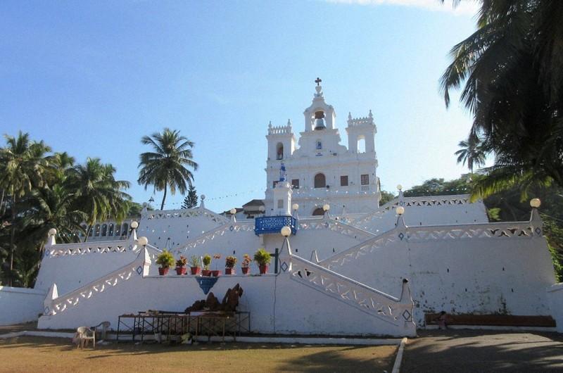 前階段が特徴的なパナジ教会(写真は筆者撮影)