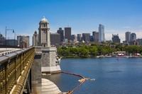 米ボストンのチャールズ川にかかるロングフェロー橋(ゲッティ)