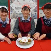 「ツートンライスキーマカレー」で1位になったチーム=千葉県立鎌ケ谷高校で、小林多美子撮影
