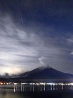 A shooting star, part of the annual Geminid Meteor Shower, streaks across the night sky above Mount Fuji, in this photo taken in the village of Yamanakako, Yamanashi Prefecture, late on Dec. 13, 2020. (Mainichi/Koichiro Tezuka)