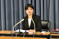 Ikuko Ishida is seen announcing the results of a survey at the Ministry of Education, Culture, Sports, Science and Technology in Chiyoda Ward, Tokyo, on Dec. 10, 2020. (Mainichi/Akira Okubo)