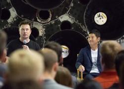 スペースXのイーロン・マスクCEO(左)と記者会見する前沢友作社長=米ロサンゼルス近郊で2018年9月17日、ルーベン・モナストラ撮影