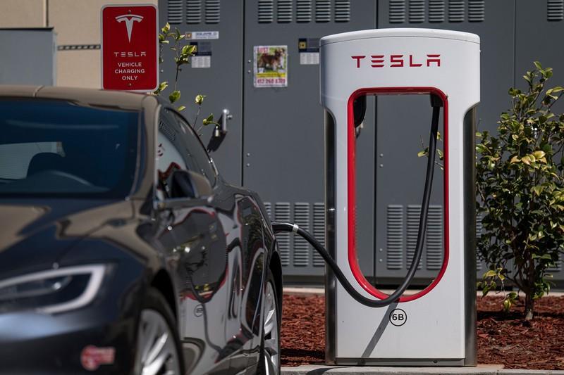 充電スタンドの整備などEVの普及は大きく進む(Bloomberg)