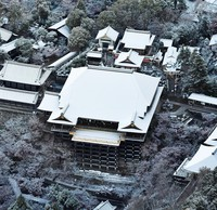 Kiyomizu-dera temple is seen covered with snow in Kyoto's Higashiyama Ward, in this photo taken from a Mainichi Shimbun helicopter on the morning of Dec. 17, 2020. (Mainichi/Takao Kitamura)