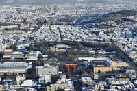 Heian-jingu shrine, center, is seen covered with snow in Kyoto's Sakyo Ward, in this photo taken from a Mainichi Shimbun helicopter on the morning of Dec. 17, 2020. (Mainichi/Takao Kitamura)
