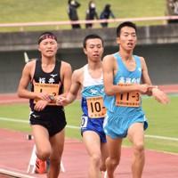 トラックを力走する高岡向陵の選手(右)=富山市の富山県総合運動公園陸上競技場で2020年11月1日、高良駿輔撮影