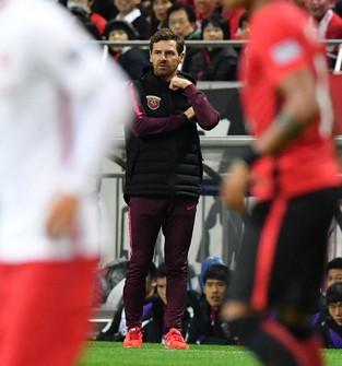 上海上港監督時代にサッカーACLで浦和と対戦し、戦況を見つめるビラスボアス氏=埼玉スタジアムで2017年10月18日、宮間俊樹撮影