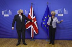 英国とEUの自由貿易協定(FTA)交渉を巡りトップ会談に臨むジョンソン英首相(左)とフォンデアライエン欧州委員長=ブリュッセルで2020年12月9日、AP