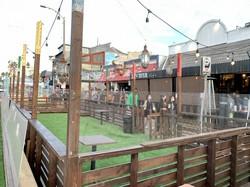 州の外出禁止令を受け、椅子とテーブルが撤去されたレストランのテラス席=米西部カリフォルニア州ロサンゼルスで2020年12月6日、福永方人撮影