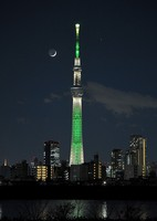 Saturn, upper right, and Jupiter, below Saturn, are seen shining behind Tokyo Skytree from the capital's Katsushika Ward as the thin crescent moon forms a beautiful shape on the evening of Dec. 17, 2020. (Mainichi/Koichiro Tezuka)