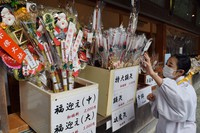 "Kumade bamboo rakes and Hamaya ""demon-breaking"" arrows are seen on offer at Munakata Taisha shrine in the city of Munakata, Fukuoka Prefecture, on Dec. 1, 2020, about one month earlier than in normal years. (Mainichi/Emi Aoki)"