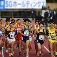 スタートする男子の選手たち=たけびしスタジアム京都で2020年12月20日、山田尚弘撮影