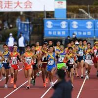 2グループに分かれてスタートする男子の選手たち=たけびしスタジアム京都で2020年12月20日、山田尚弘撮影