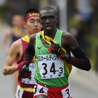 3区で先頭に立つ世羅のコスマス・ムワンギ=京都市内で2020年12月20日、久保玲撮影