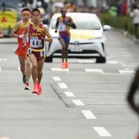 3区で先頭のコスマス・ムワンギ(右)を追う洛南の佐藤(左)ら=京都市内で2020年12月20日、久保玲撮影