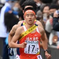 2区で力走する佐久長聖の村尾=京都市内で2020年12月20日、久保玲撮影