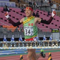 1位でフィニッシュする世羅の塩出=たけびしスタジアム京都で2020年12月20日、平川義之撮影