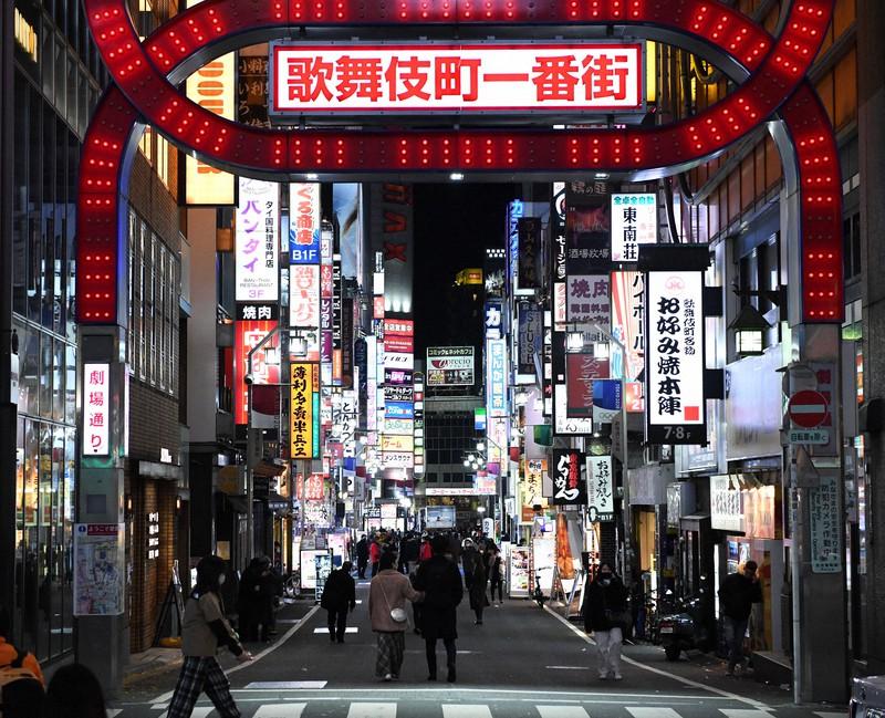 以前のように多くはないが、午後11時を過ぎても人通りが絶えない歌舞伎町=東京都新宿区で2020年12月17日、竹内紀臣撮影