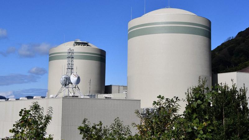 関西電力が再稼働を目指す高浜原発1号機(手前)と2号機(奥)=福井県高浜町で2020年12月2日、塩田敏夫撮影