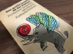 ドイツで買い求めた古書「世界最大の昆虫はゾウである~ガレッティ教授の全教壇失言録」(1971年版)=2020年12月、篠田航一撮影