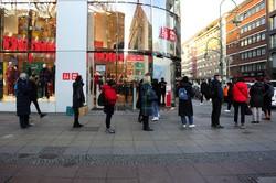 ロックダウンの強化を前に、店舗に並ぶドイツ・ベルリン市民(Bloomberg)