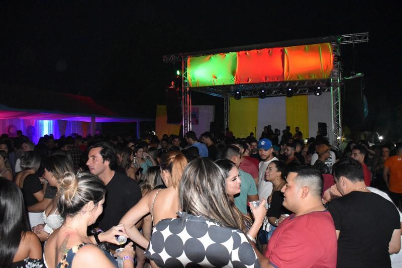 行動制限に違反したパーティーでは市民が密集し、マスク姿もまばらだった=2020年10月31日、ブラジル北部マナウスで山本太一撮影