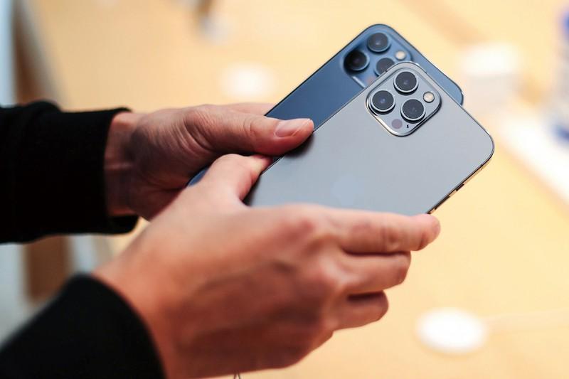 金年のスマホはカメラ機能の高度化がトレンドに(写真はiPhone12Pro) (Bloomberg)