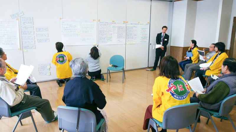2016年2月の矢巾町でのワークショップの様子。法被を着た仮想将来世代グループと現世代グループが討議した 原圭史郎氏提供