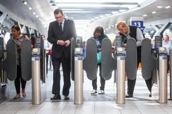 私鉄各社は新型コロナによる利用者減を理由に更なる値上げを計画する (Bloomberg)