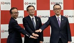 三菱UFJ銀行の次期頭取に就任する半沢淳一常務(中央)と三毛兼承頭取(右)、三菱UFJフィナンシャルグループの亀澤宏規社長(左)