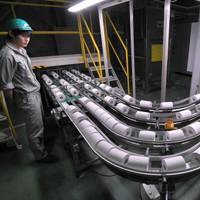 生産ラインから次々と流れて出てくるトイレットペーパー=静岡県富士市の春日製紙工業で2020年3月4日、手塚耕一郎撮影