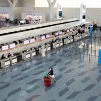 新型コロナウイルスの影響で欠航が相次ぐなどして、閑散とした羽田空港第3ターミナルの出発ロビー=羽田空港で2020年3月15日午後3時29分、小川昌宏撮影