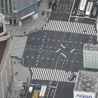 外出自粛要請を受けて、閑散とする銀座=東京都中央区で2020年3月28日午前10時6分、本社ヘリから宮武祐希撮影