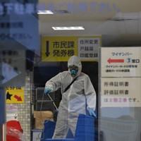職員が新型コロナウイルスに感染し消毒作業が行われる千種区役所=名古屋市千種区で2020年3月31日午後5時28分、兵藤公治撮影
