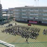 新型コロナウイルスの感染が広がる中、校庭で行われた区立足立小の入学式=東京都足立区で2020年4月6日午後2時1分、手塚耕一郎撮影