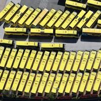 「はとバス」の車庫に並んだままの多くの車両=東京都大田区で2020年4月19日午後2時20分、本社ヘリから幾島健太郎撮影