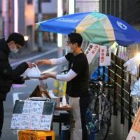 先月末の東京都の外出自粛要請、政府の緊急事態宣言発令以降、客足が激減した居酒屋では店先でお弁当、テイクアウトの販売を始めた。試行錯誤でお弁当は一日100個以上売れるようになったが、売り上げは普段の四分の一ほどという=東京都杉並区で2020年4月25日、長谷川直亮撮影