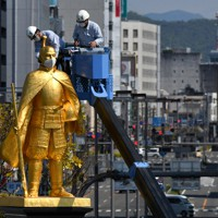 マスクを着けて感染防止の啓発をする織田信長像=岐阜市で2020年4月28日午前10時5分、兵藤公治撮影